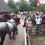 Erzbischof em Werner Thissen segnet die Pferde