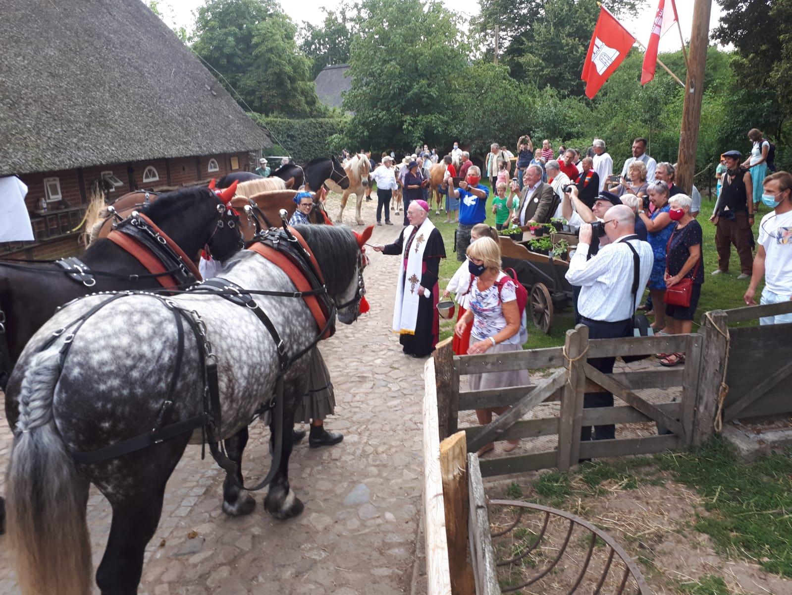 Erfolgreich: Friedensglocke geweiht und Pferdetreck gestartet