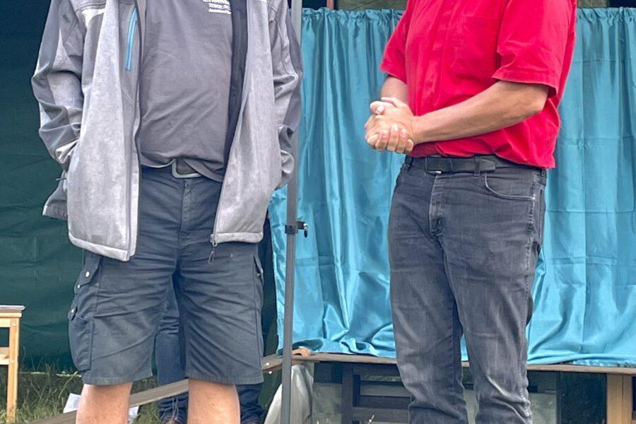 In Apolda wurde der Friedenstreck außerordentlich herzlich vom Rotaryklub empfangen. So wurden Original Thüringer Bratwürste gesponsert. Die ortsansässige Brauerei Apoldaer wusste dies trefflich mit 4 Kästen Bier zu komplettieren. Links der ehemalige Vorsitzende des Apoldaer Rotaryklubs, Joachim Homberger.