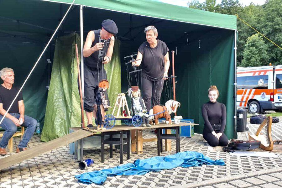 Extra für den Treck haben die Musiker von Passelande ein Marionettenstück geschrieben. Wie hier an der Robertsmühle bei Eisenberg wurde es bereits schon mehrfach vor wechselnden Publikum aufgeführt.