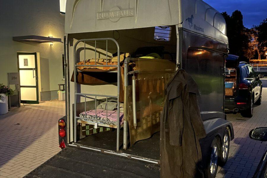 """Platz ist in der kleinsten Hütte/der Pferdeanhänger von Matthias Funke/Dorsten gilt als """"sicher, trocken und warm"""""""