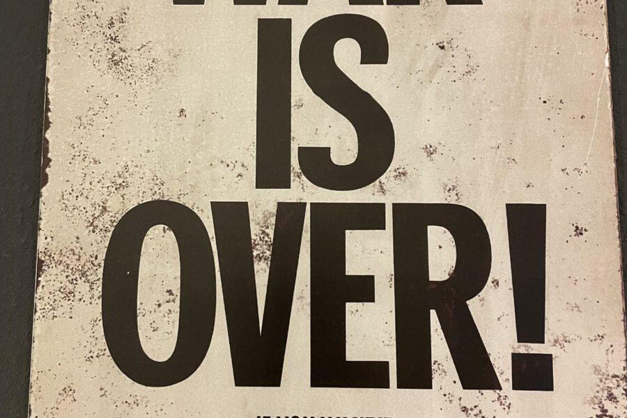 """Passend zum Thema: im Apolder Glockenmuseum fand sich im Rahmen einer Sonderausstellung rund um John Lennon, dieses Plakat: """"Der Krieg ist vorbei, wenn du es willst."""""""